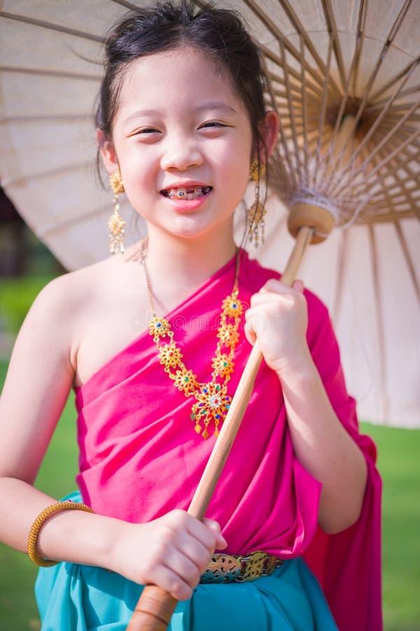 Thailändskt barn i thailändsk nationell dräkt arkivfoto