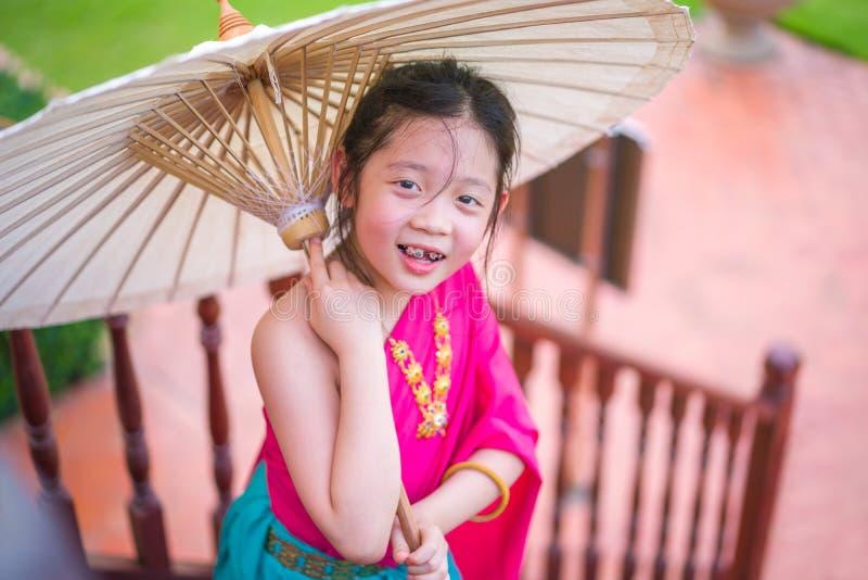 Thailändskt barn i thailändsk nationell dräkt arkivfoton