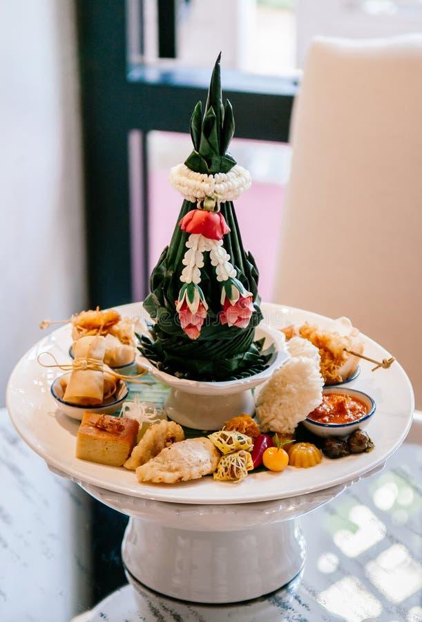 Thailändskt blandat traditionellt efterrättmellanmål på det keramiska sockelmagasinet royaltyfri foto
