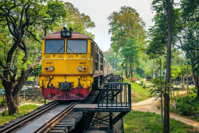 Thailändskt drev på den historiska bron över floden Kwai arkivfoton