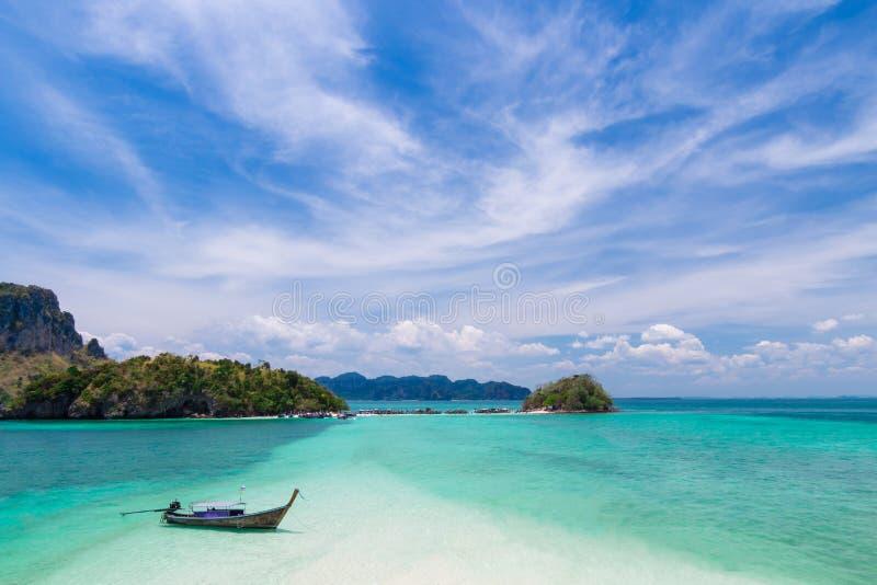 Thailändskt fartyg för lång svans på härliga öar och tombolo royaltyfri foto