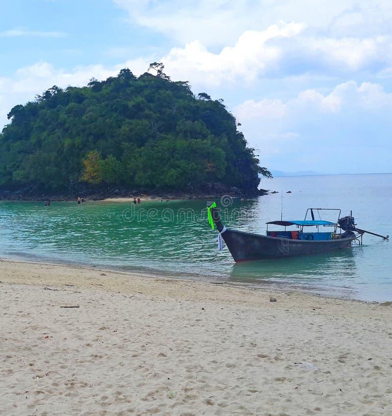 Thailändskt fartyg för lång svans på kristallklart grönt turkosvatten av den berömda tropiska vita sandstranden på Krabi, Andaman arkivfoton