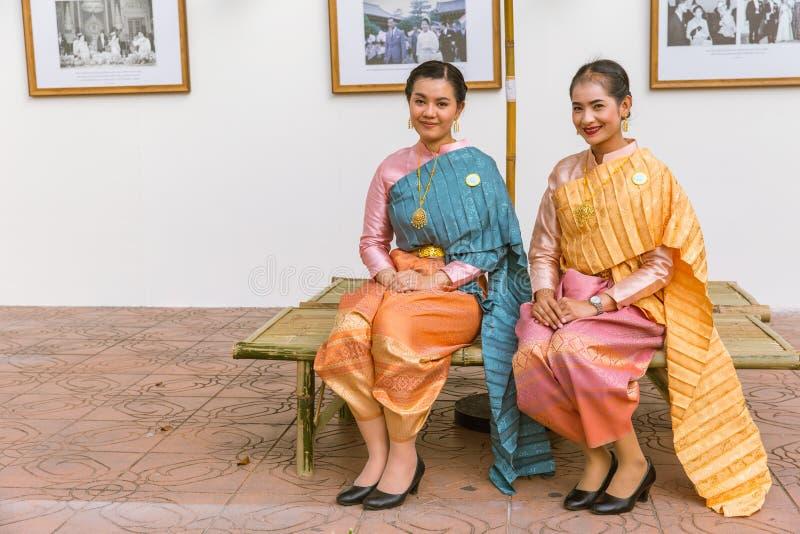 Thailändskt folk som bär den härliga nationella torkduken för traditionell stil för klänning arkivfoto