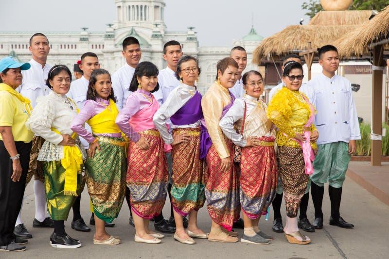 Thailändskt folk som bär den härliga nationella torkduken för traditionell stil för klänning arkivbilder