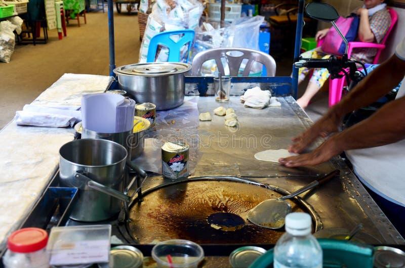 Thailändskt folk som lagar mat ökenmellanmålroti royaltyfria bilder