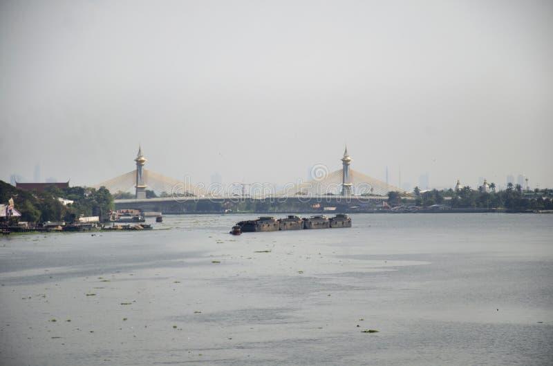 Thailändskt folk som seglar pråm- och bogserbåtlastfartyget i den Chao Phraya floden från Bangkok för att gå till Ayutthaya i Non royaltyfri bild