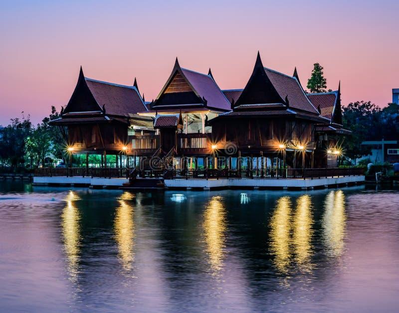Thailändskt hus på stranden royaltyfria foton