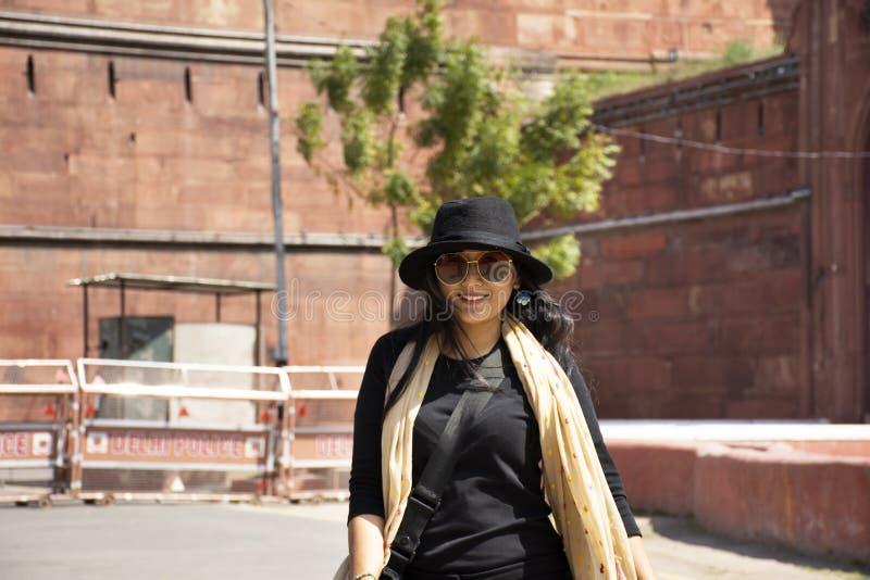 Thailändskt kvinnaresabesök och att resa det röda fortet eller Lal Qila av världsarvet på den forntida staden av New Delhi, Indie arkivbilder