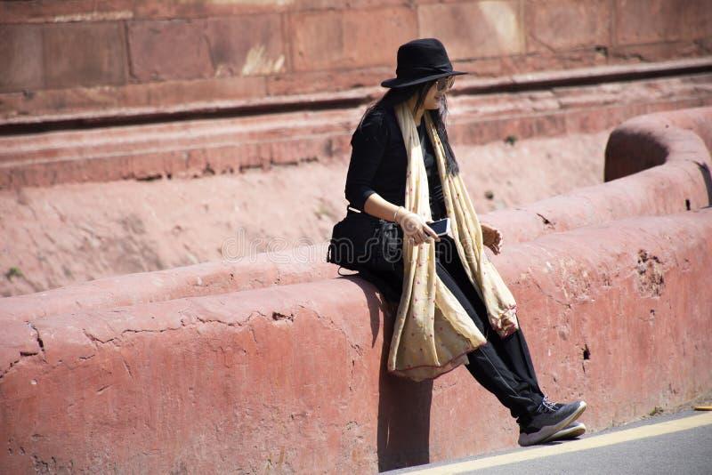 Thailändskt kvinnaresabesök och att resa det röda fortet eller Lal Qila av världsarvet på den forntida staden av New Delhi, Indie royaltyfria foton