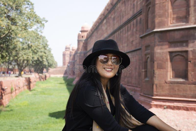 Thailändskt kvinnaresabesök och att resa det röda fortet eller Lal Qila av världsarvet på den forntida staden av New Delhi, Indie arkivfoto