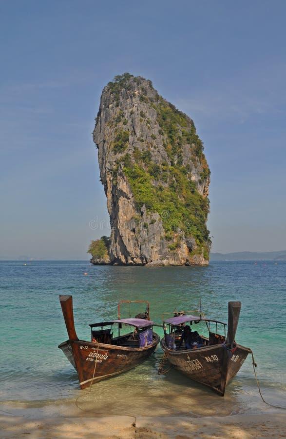 Thailändskt longtailfartyg på den Poda ön, Thailand arkivbilder
