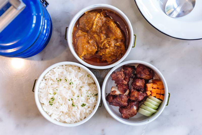 Thailändskt matmål: Strömma ris med persilja, Hang Lay Pork Curry och uppståndelse stekt griskött för extra- stöd med moroten och arkivfoto
