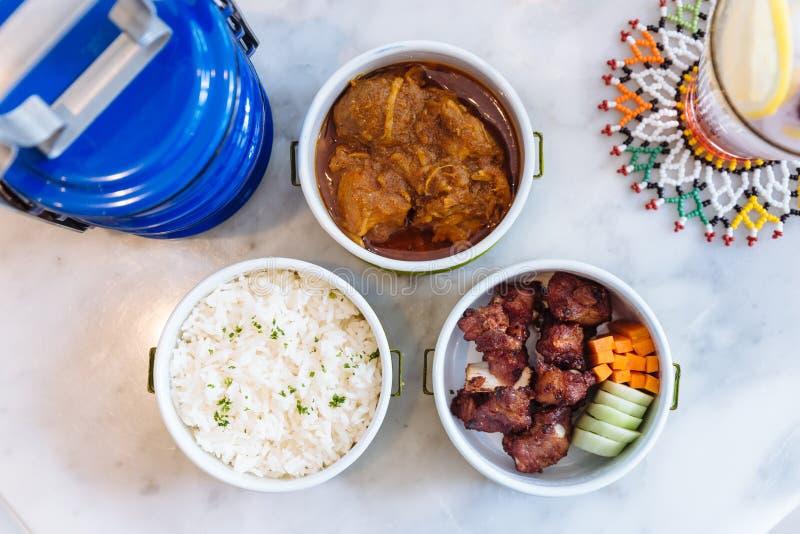 Thailändskt matmål: Strömma ris med persilja, Hang Lay Pork Curry och uppståndelse stekt griskött för extra- stöd med moroten och royaltyfria bilder