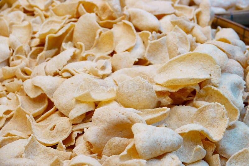 Thailändskt mellanmål, cornflakes, knapriga ris, räka eller fisk royaltyfria foton