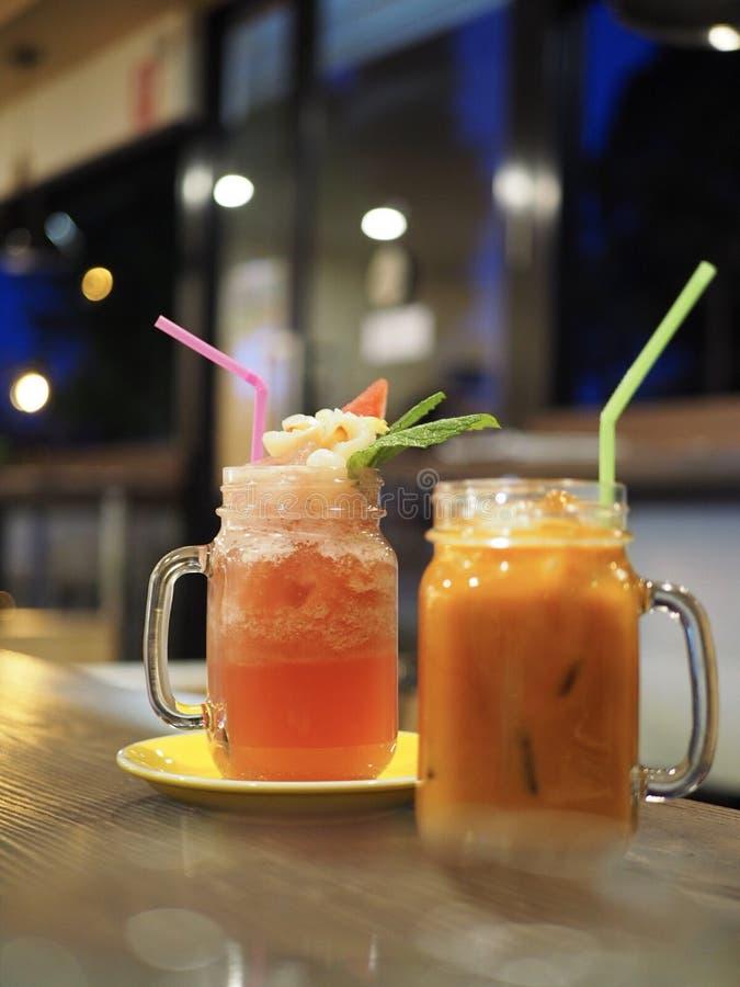 Thailändskt mjölka te och Mocktail arkivfoton