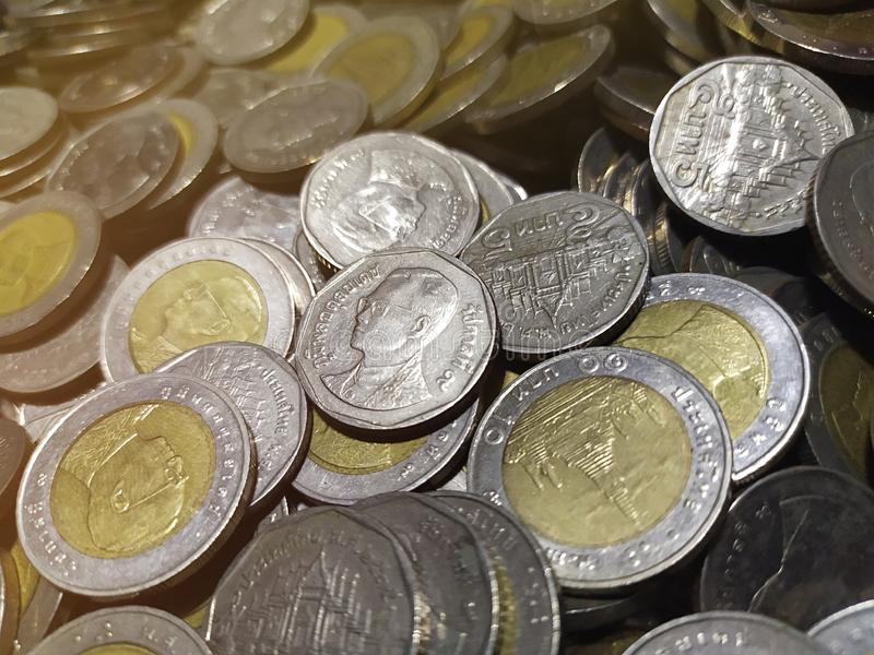Thailändskt mynthögslut upp bakgrund royaltyfri bild