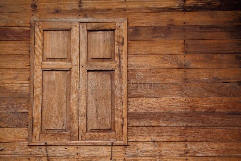Thailändskt stilhus med den wood fönster och väggen för teakträ royaltyfria bilder