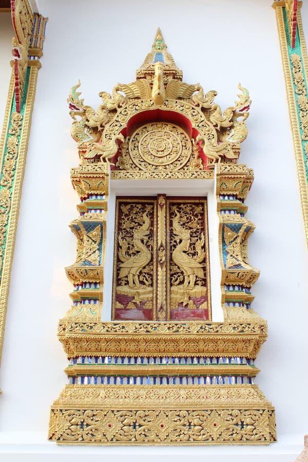Thailändskt tempelfönster royaltyfria foton
