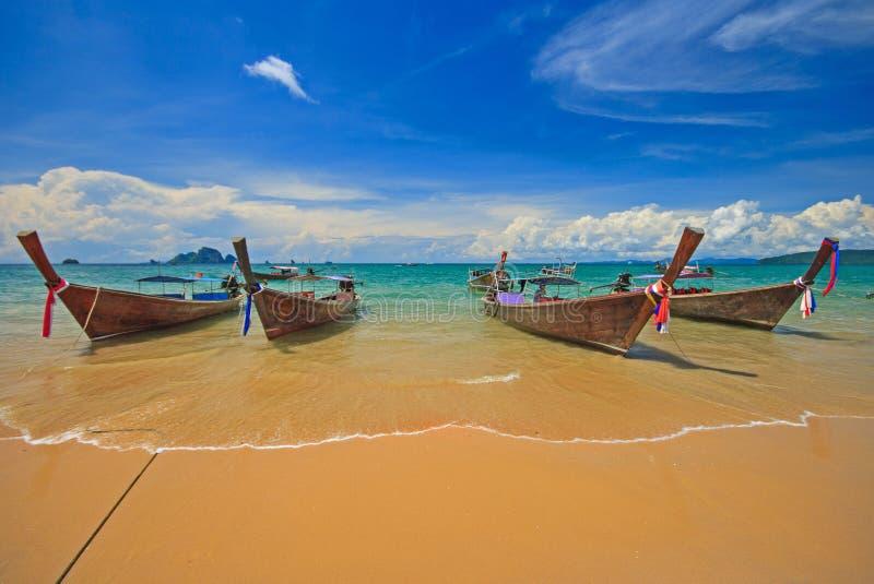 Thail?ndskt traditionellt tr?longtailfartyg med den h?rliga sandstranden och f?rgrik molnig bakgrund f?r bl? himmel p? stranden f royaltyfria foton
