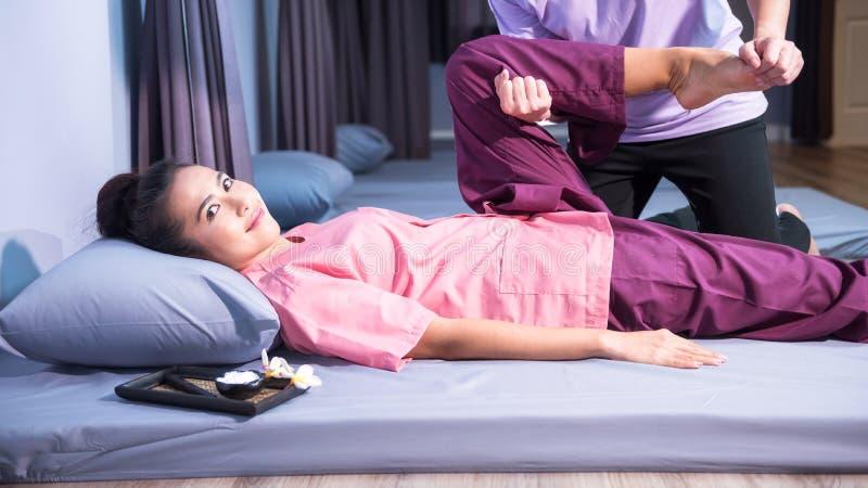 Thail?ndische Massage zur gl?cklichen Asiatin stockfotos