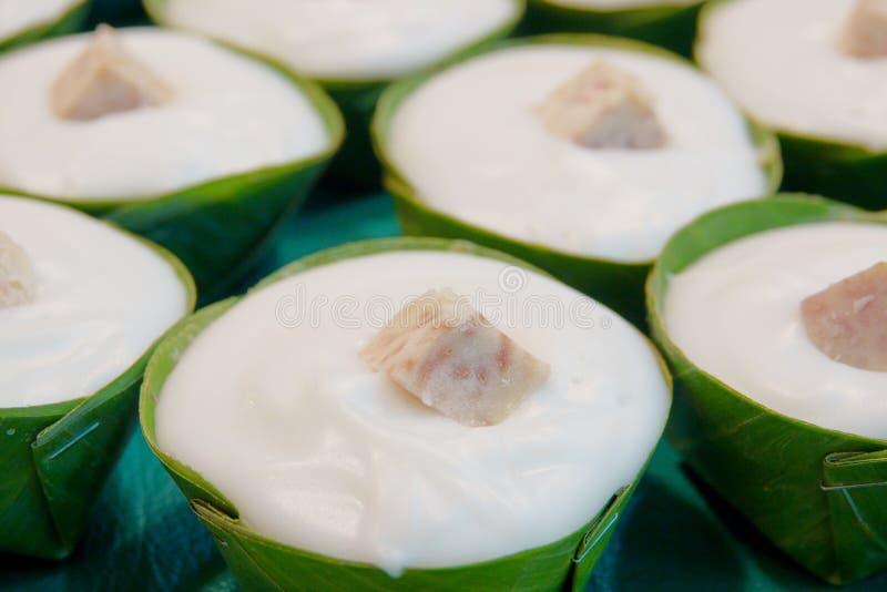Thail?ndischer Nachtisch, Tako, traditioneller thail?ndischer Pudding mit Kokosnuss-Belag lizenzfreies stockbild