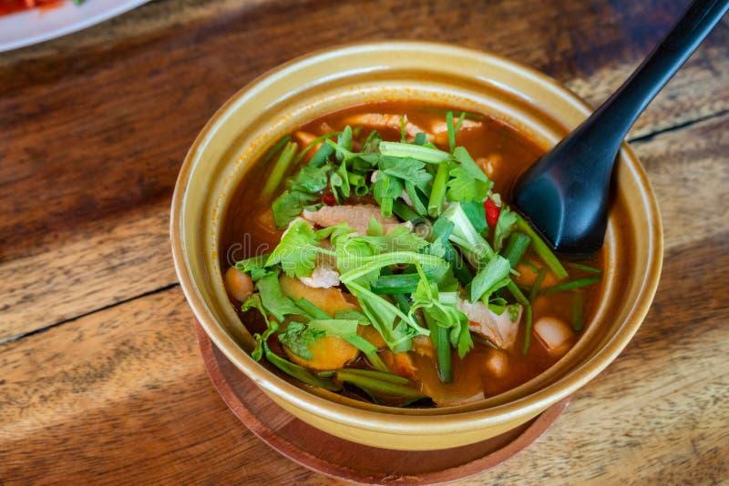 Thail?ndischer Tom Kha Gai, thail?ndische Suppe mit Huhn und Gem?se stockfotos