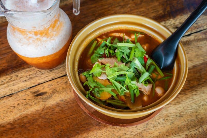Thail?ndischer Tom Kha Gai, thail?ndische Suppe mit Huhn und Gem?se lizenzfreies stockfoto