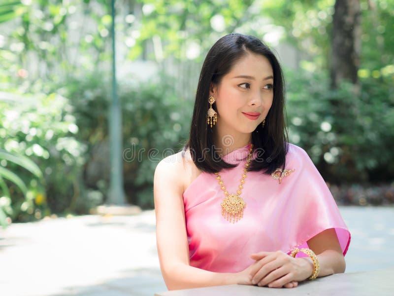 Thail?ndsk kvinna i thail?ndsk traditionell kl?nning royaltyfria foton