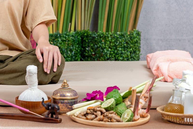 Thail?ndsk mass?s som g?r massagen f?r livsstilkvinna i brunnsortsalong Asiatisk h?rlig kvinna som f?r thail?ndsk v?xt- massageko royaltyfria foton