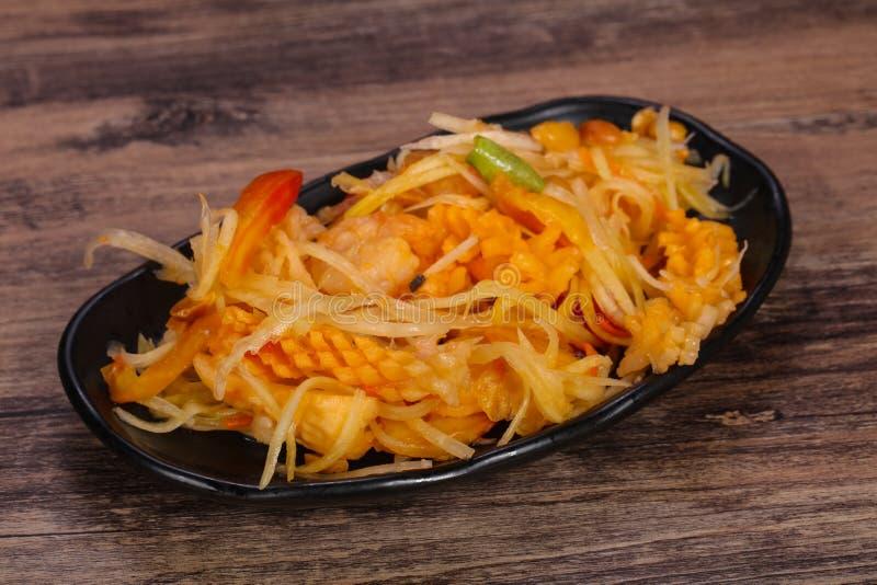 Thail?ndsk sallad med papayaen och r?kan royaltyfria foton