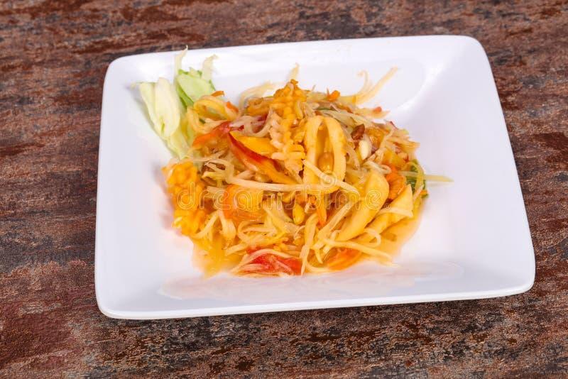 Thail?ndsk sallad med papayaen och r?kan arkivfoton