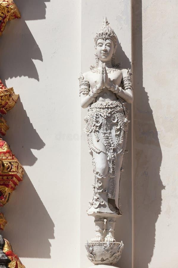 Thailand ängelskulptur på väggen arkivfoton
