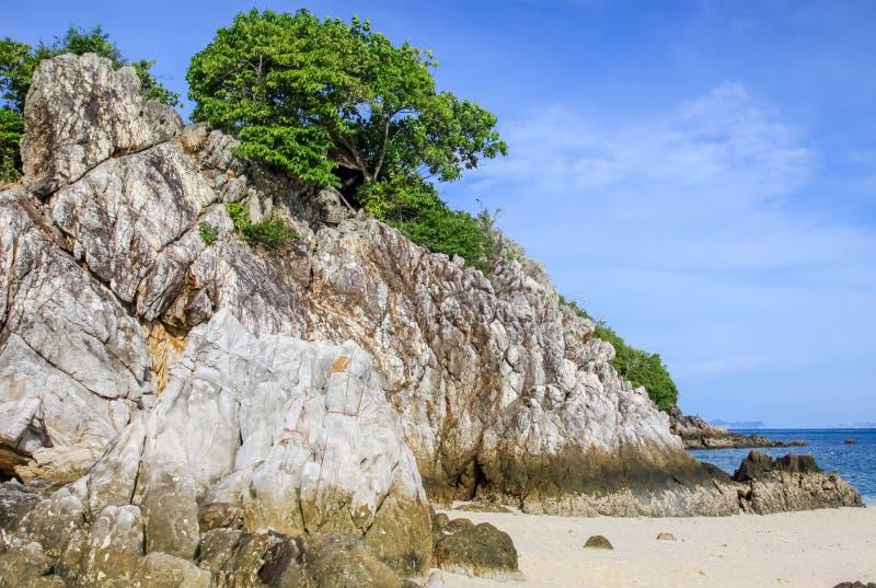 Thailand ön av Phuket Vaggar av kusten av havet royaltyfri fotografi
