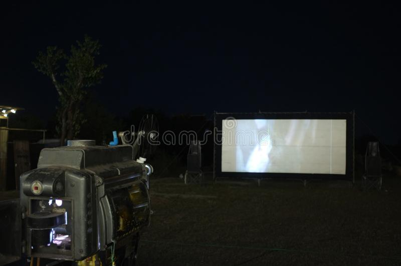 Thailand-alter analoger Drehfilm-Filmprojektor Kinofilmtheater am im Freien für Showleute im Park stockbilder