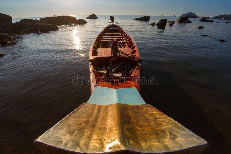 Thailand-Ausflugboot auf der Küste mit Sonnenuntergang stockfoto