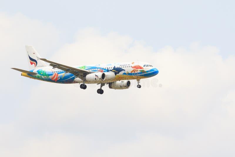 THAILAND, BANGKOK-BRENGT 3 IN DE WAR: Van de lucht Thaise lokale luchtvaartlijnen van Bangkok het vliegtuigvlieg royalty-vrije stock afbeeldingen