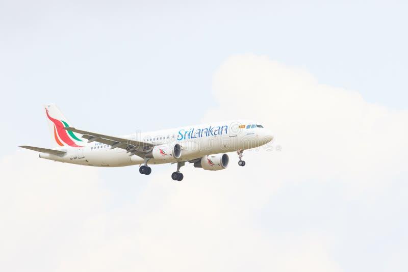 THAILAND, BANGKOK 3. MÄRZ: Flaches Fliegen der Srilankanfluglinien über SU stockfotos