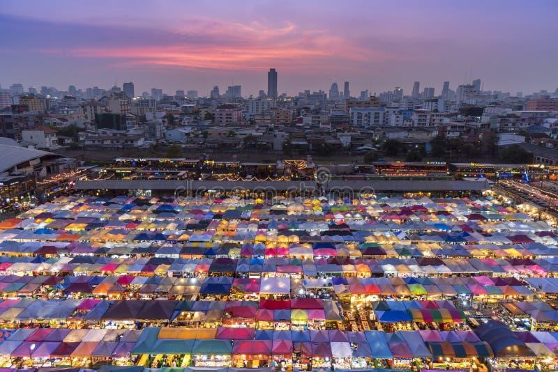 Thailand - Bangkok, mars 28, 2018: Rod Fai nattmarknad I royaltyfri bild