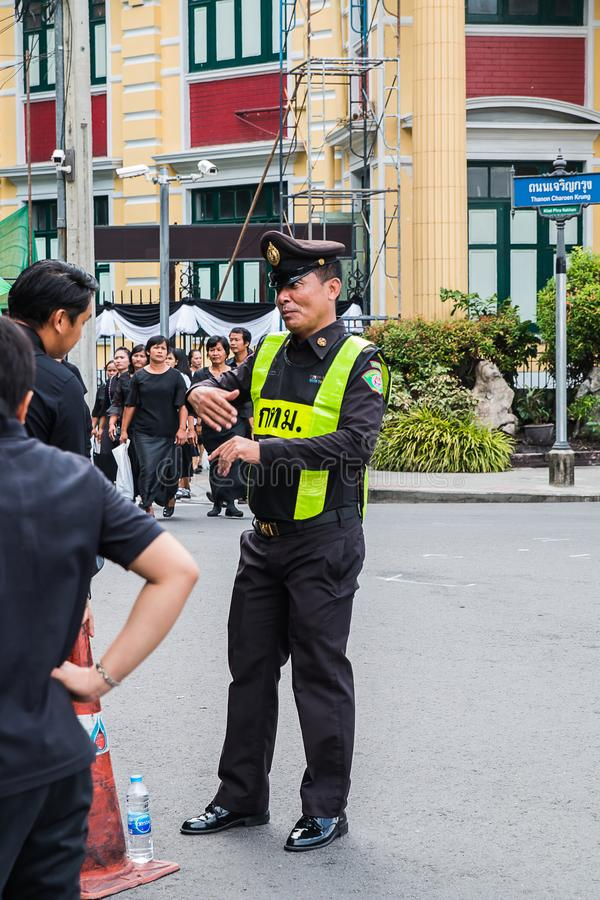 THAILAND,BANGKOK - OCTOBER 4: Tlocal authorities Give informati. On to people during the time to Prostrate royal remains on October 4,2017 in Bangkok,THAILAND royalty free stock photos