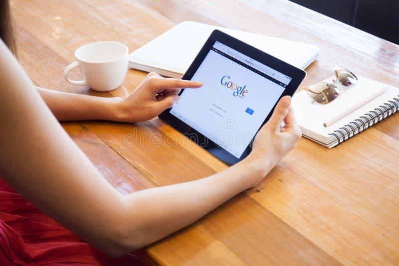 THAILAND CHIANGMAI - ARRIL 5, 2015: Google är en amerikansk multin arkivfoton