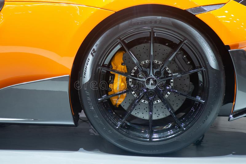 Thailand - December, 2018: slut upp gummihjul- och bromsdiskett av McLaren 720S den toppna sportbilen som framläggas i motorexpon arkivbilder