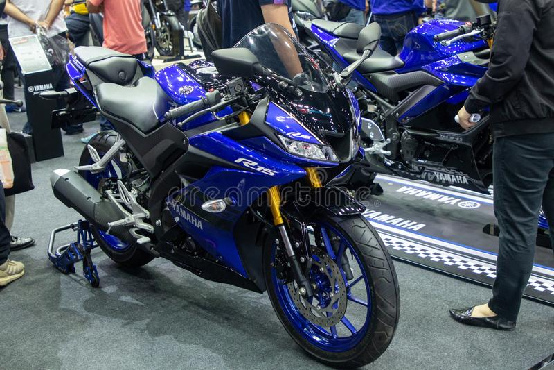 Thailand - December, 2018: slutet upp den Yamaha R15 mopeden framlade i motorexpon Nonthaburi Thailand arkivbilder