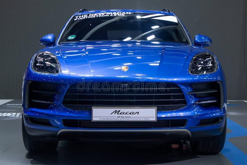 Thailand - Dezember 2018: macan blaue Farbe Porsche, teures Auto dargestellt in der Bewegungsausstellung Nonthaburi Thailand lizenzfreies stockfoto