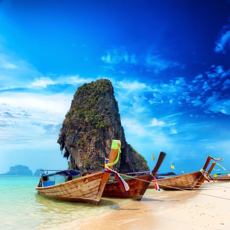 Thailand exotisk sandstrand och fartyg i den asiatiska tropiska ön arkivbilder