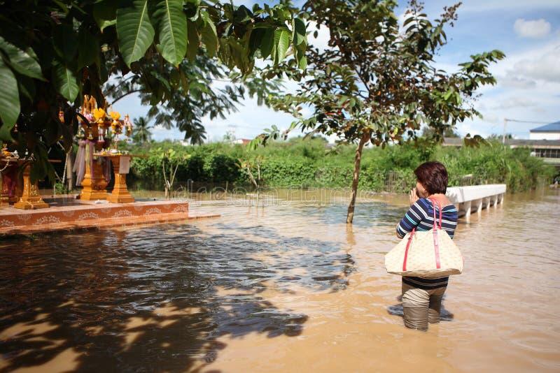 thailand för respect för pay för buddha bildmonsoon kvinna royaltyfria bilder