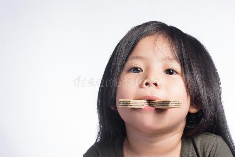 Thailand för stående lite gullig flicka och rån i munnen arkivfoto