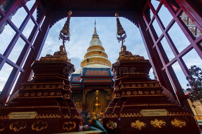 Thailand ` för tempel`-Wat Phra That Hariphunchai pagod på Lamphun fotografering för bildbyråer