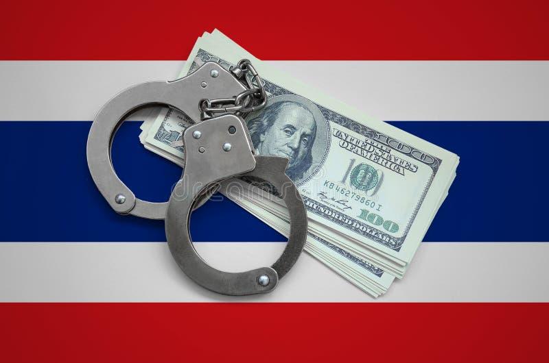 Thailand-Flagge mit den Handschellen und ein Bündel Dollar Währungskorruption im Land Finanzkriminalität stockbild