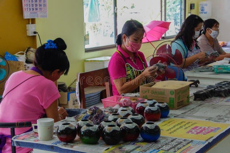Thailand - Frauen - Fabrik - Arbeitskraft - handgemacht stockfotografie