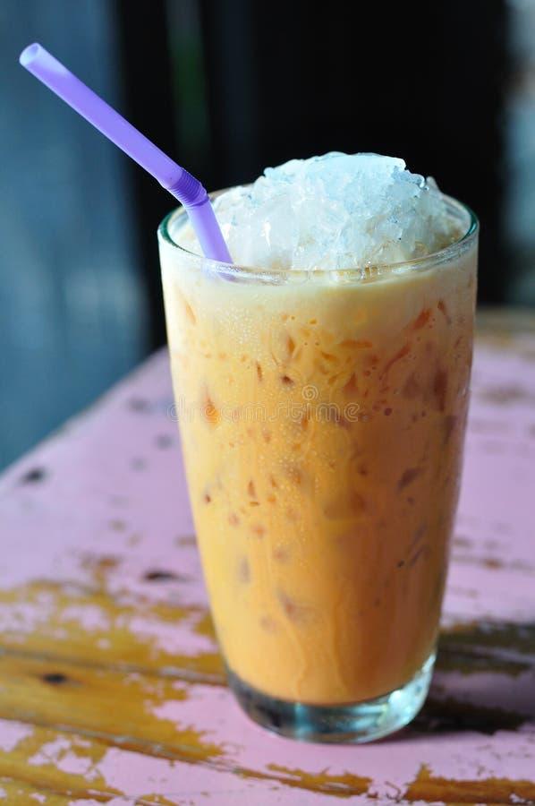 Thailand-Getränk, Kalt-Milchtee auf gemaltem Schreibtisch. stockbilder